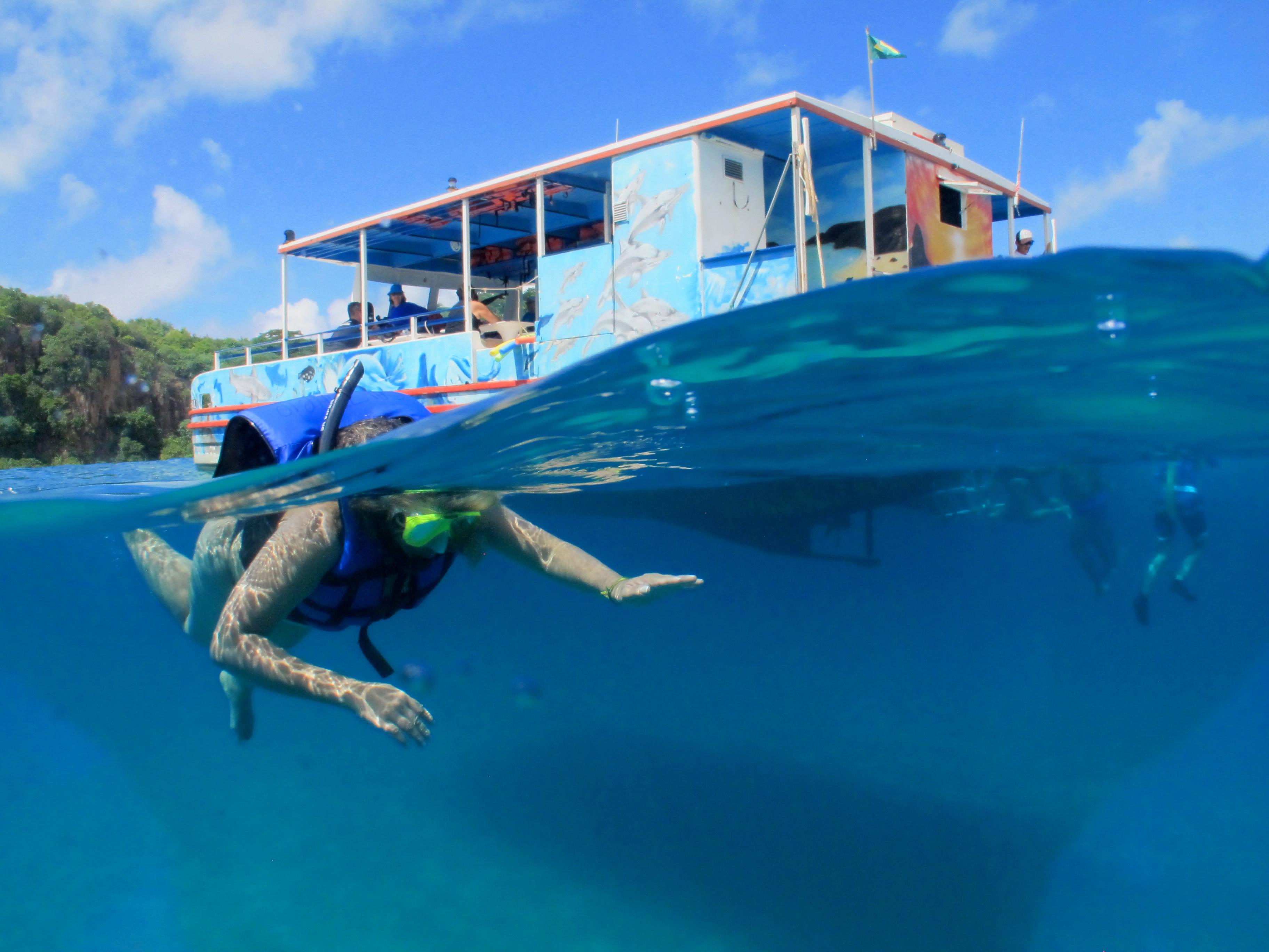 Em nosso passeio de barco temos uma parada na praia do Sancho para que você possa fazer um mergulho.
