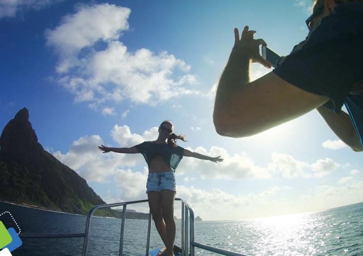Momentos encantadores a bordo de nosso barco em passeio pelo entardecer de Noronha.