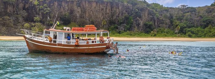 passeio de barco para a praia do sancho